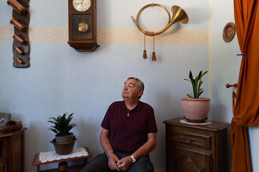 Après un divorce, Jean Pierre a quitté sa maison située en zone pavillonnaire pour s'installer dans la cité. Aujourd'hui retraité, il compte rester dans son appartement jusqu'à la fin de ses jours