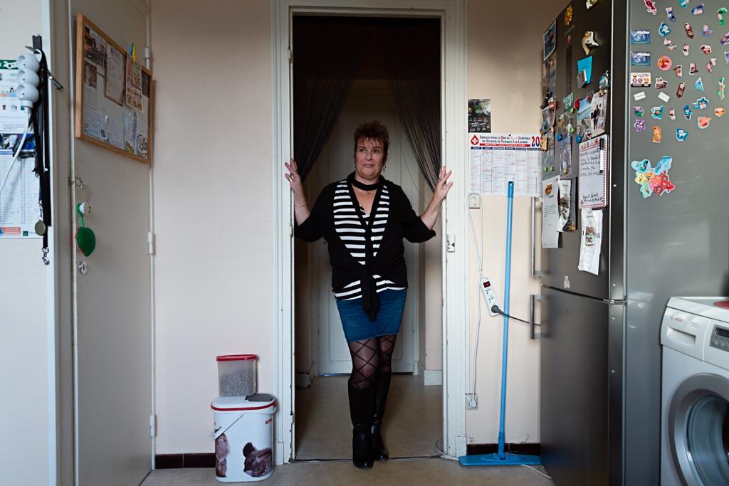 Véronique est femme de ménage chez des particuliers. Elle rêve d'emménager dans une maison.  Véronique is a cleaning lady for private individuals. She dreams of moving into a house.