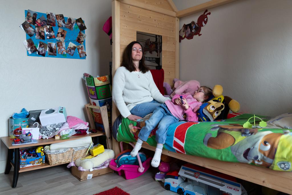 Adélaïde vit avec sa fille Héléna en attendant de rénover une maison qu'elle a acheté à quelques kilomètres de là.