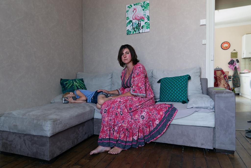 "Alicia est conseillère Pôle Emploi. Divorcée depuis peu, elle vit rue Vercingétorix avec sa fille depuis moins d'un ans.  Alicia work in an unemployment office. Recently divorced, she has been living on ""Vercingétorix street"" with her daughter for less than a year."