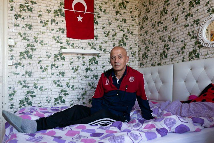 Ziya est turc et vit dans les cités avec sa femme et ses deux filles depuis 15 ans. Il est bûcheron, arrivé en France en 1991.Ziya is Turkish and has been living in the slums with his wife and two daughters for 15 years. He is a lumberjack who arrived in France in 1991.
