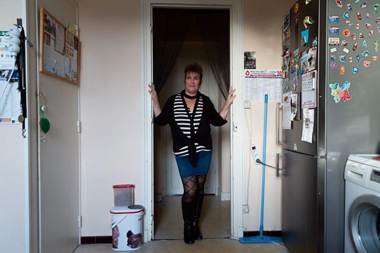 Véronique est femme de ménage chez des particuliers. Elle rêve d'emménager dans une maison.Véronique is a cleaning lady for private individuals. She dreams of moving into a house.