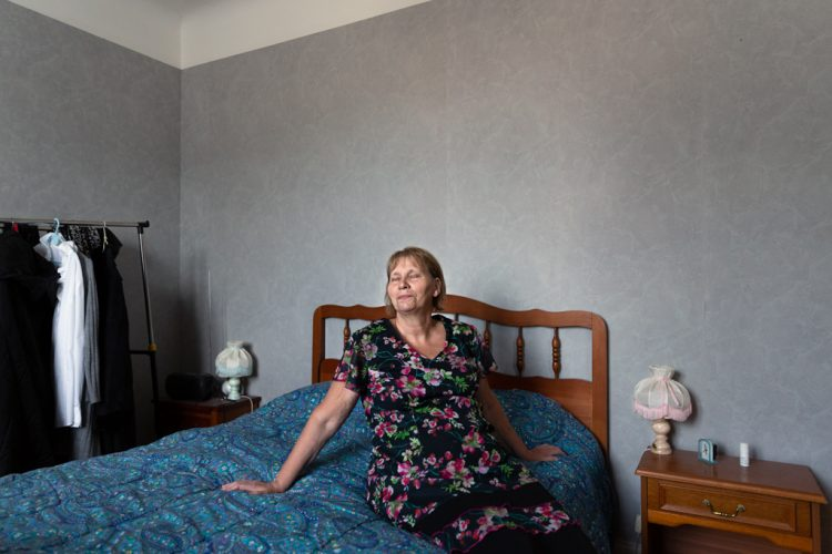 Marie claude ne s'entend pas avec ses voisins, elle a fait une demande pour changer d'appartement et attend de déménager.